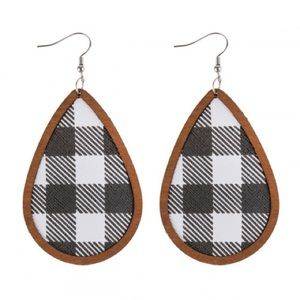 🆕 Black + White Plaid earrings 🖤